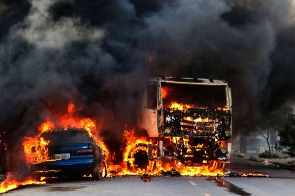 Een vrachtwagen en een auto staan in brand op straat in Fortaleza.