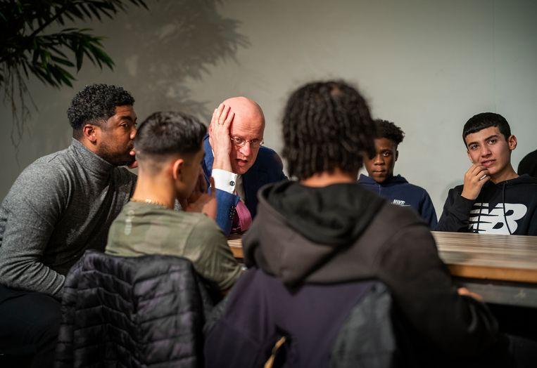 Minister Grapperhaus in gesprek met leerlingen van het Bindelmeer College. Is drillmuziek ook zonder agressieve teksten nog drill, wil hij onder meer weten.  Beeld Jiri Büller