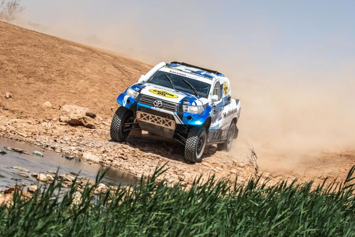 Erik van Loon en Wouter Rosegaag in de Morocco Desert Challenge 2019. Ze gaan nog altijd aan de leiding.