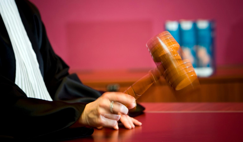 Een rechter tijdens een zitting.