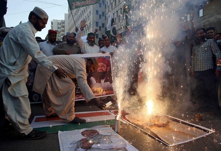 Het neerhalen van Indiase straaljagers wordt gevierd in de Pakistaanse hoofdstad Karachi.  Beeld AP
