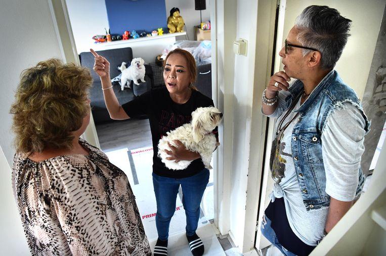 Briggitte (rechts) en Martie (links) horen klachten van medebewoners aan, proberen die op te lossen. Beeld Marcel van den Bergh