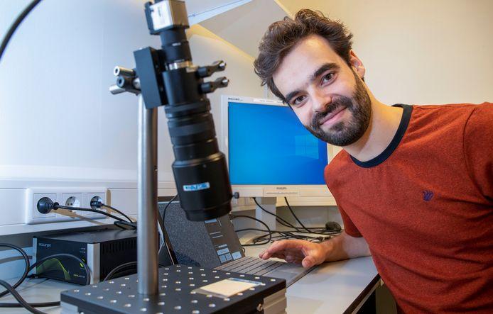 Jesse Buijs van Wageningen UR heeft eemapparaat ontwikkeld dat gebruikt kan worden bij restauratie van schilderijen.
