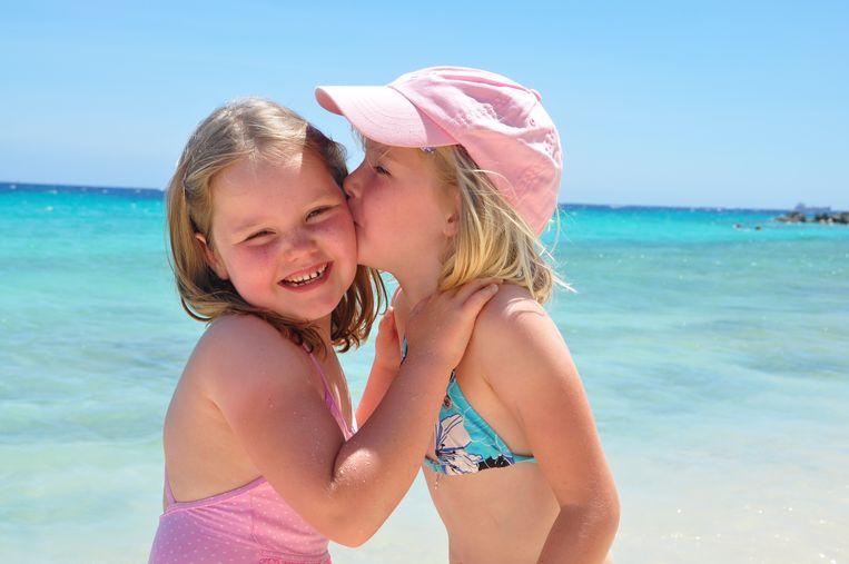 De zusjes tijdens de vakantie in Curaçao. Amélie (links) was de rustige van de twee, Alexia de avonturier die spontaan rond je nek sprong.
