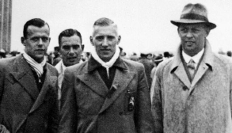 Lotsy (rechts) met de atleet Tinus Osendarp bij de Spelen in Berlijn, 1936. (Trouw) Beeld