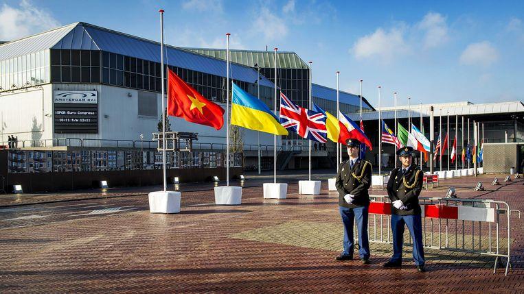 Vlaggen hangen halfstok bij de ingang de Rai in Amsterdam. Beeld ANP