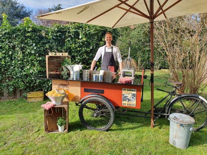 Freek van Es achter de fritesfiets. Hij en compagnon Djofre van Woudenberg hebben ook nog een koffiefiets, ijsfiets en pizzafiets.