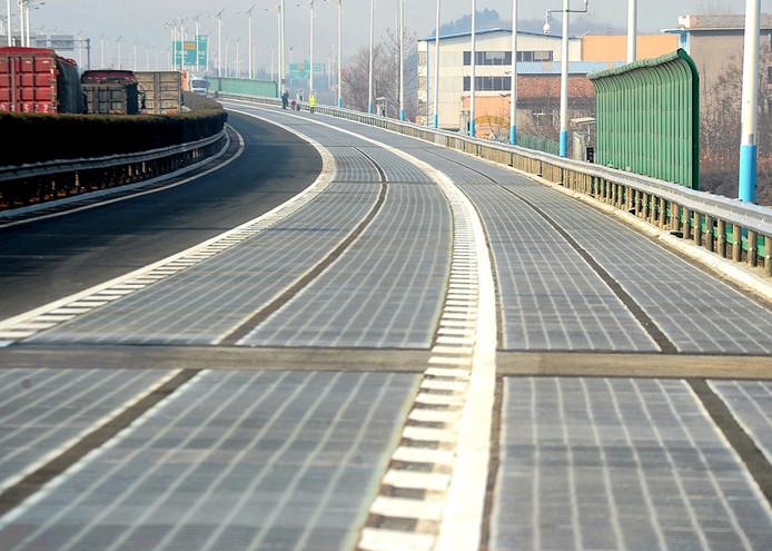 China heeft een stuk snelweg aangelegd dat zonne-energie omzet in elektriciteit en waarmee in de toekomst via inductie elektrische auto's worden bijgeladen