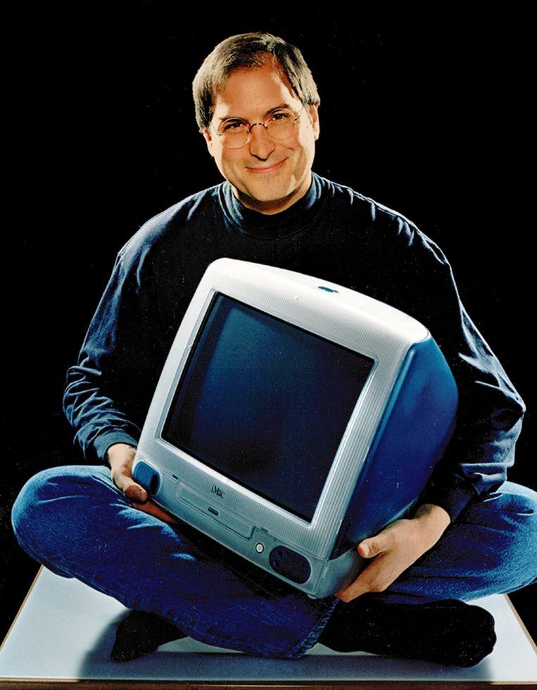 Steve Jobs met een van de eerste iMacs. Beeld AP