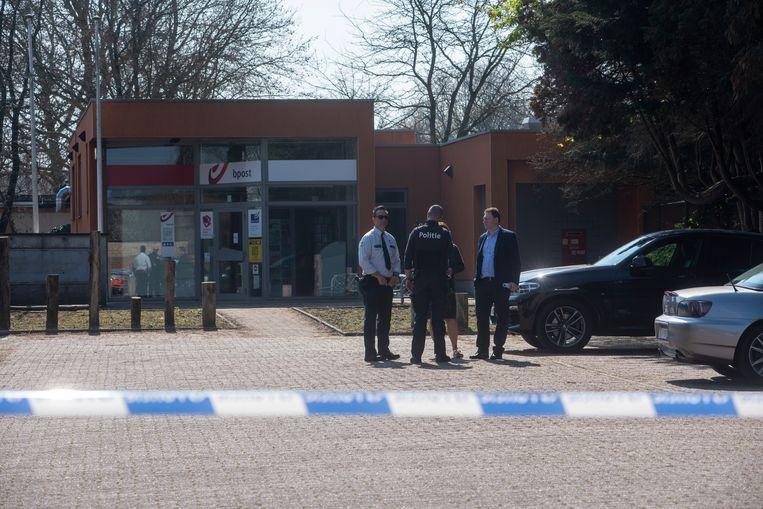 Verantwoordelijken van bpost en de politie overleggen.