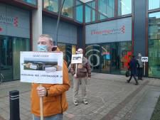 Mini-protest tegen weigering referendum in Tilburg, mini-aantal mensen ziet het