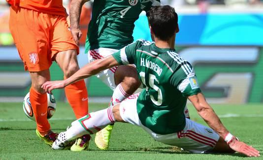 Hector Moreno namens Mexico in actie tegen Nederland.