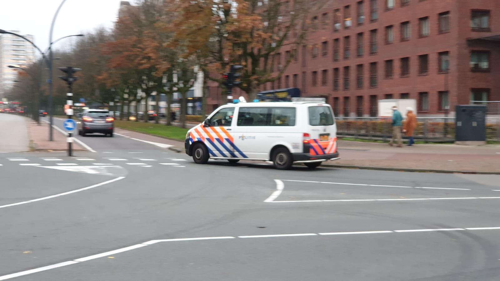 In het centrum van Enschede wordt gezocht naar de verdachte.