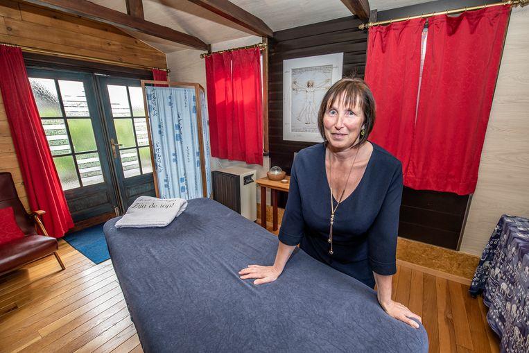 Anneke Govaert geeft massages bij haar thuis in Oostnieuwkerke