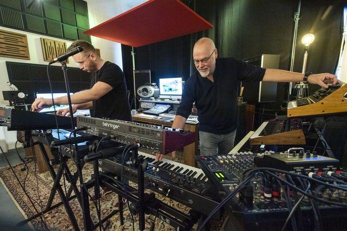 Maarten de Groot (rechts) en Lloyd Philippo achter de synthesizers in de studio in de Performance Factory.