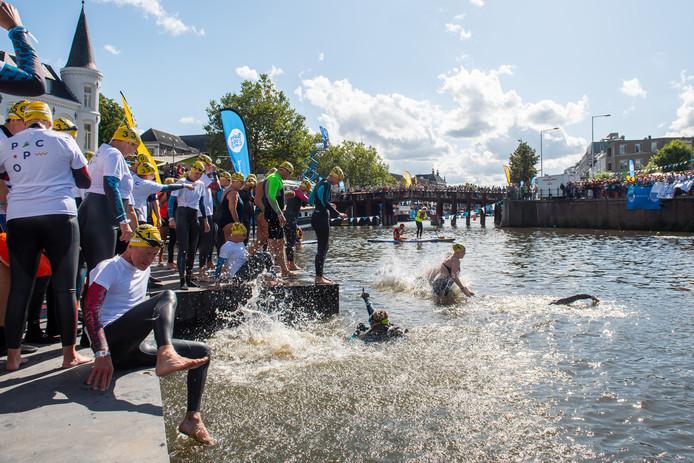 De eerste editie van Swim to Fight Cancer in Breda.