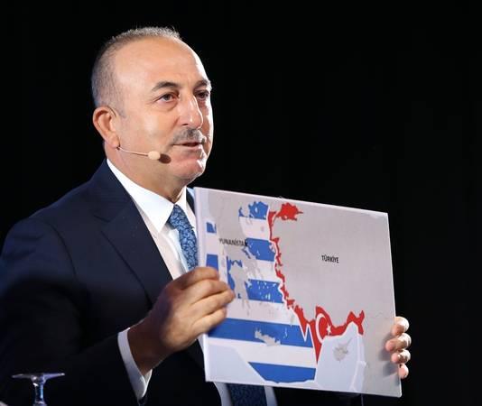 Mevlut Cavusoglu, le ministre turc des Affaires étrangères, présente une carte de la répartition actuelles des zones maritimes grecques et turques en Méditerranée