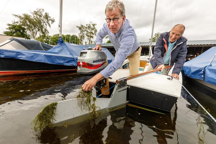 Jos Hagedoorn en Jan van Esseveld van Zeilvereniging Belterwiede met de waterplamten in het klaproer.