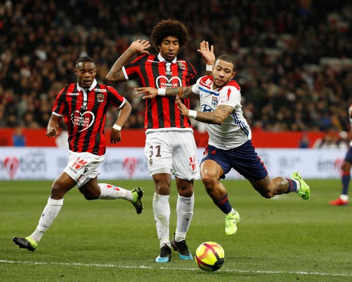 Memphis Depay in actie tegen OGC Nice, dat afgelopen zondag met 1-0 won van Olympique Lyon.