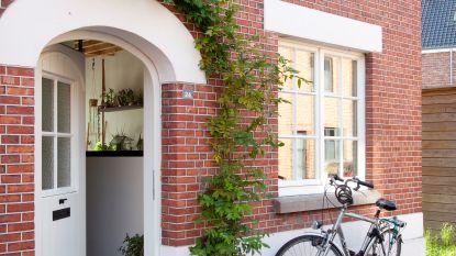 Binnenkijken in Hasselts arbeidershuisje: woonkamer op eerste verdiep en meer dan 200 kamerplanten