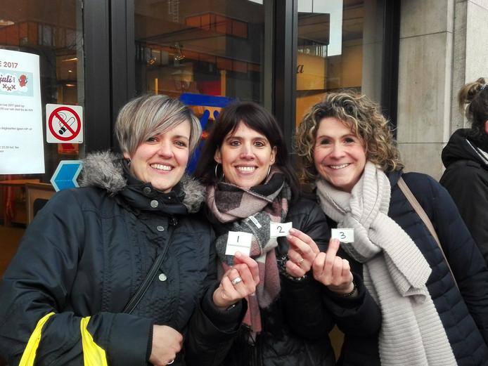 Kim Wevers, Linda Santbergen en Moniek Geurts hebben reden tot lachen. Zij waren er als eersten bij om kaartjes te bemachtigen voor Breda Live.