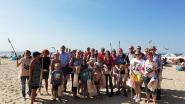 Strandbezoekers helpen strand opruimen in De Haan