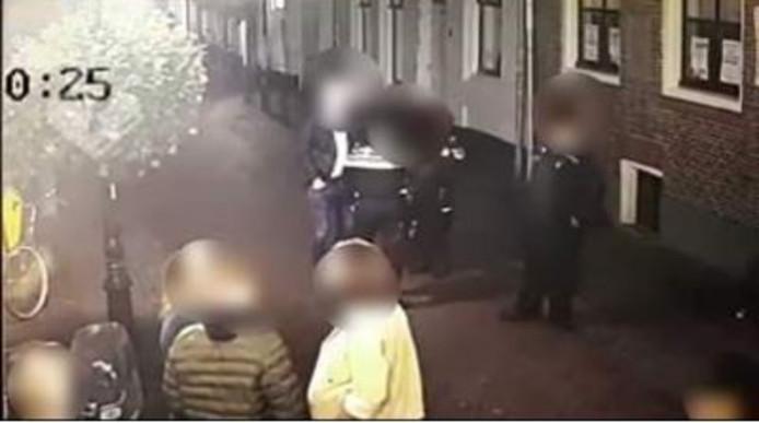Afgelopen zaterdagnacht raakten politieagenten in gevecht met een beschonken man in IJsselstein.