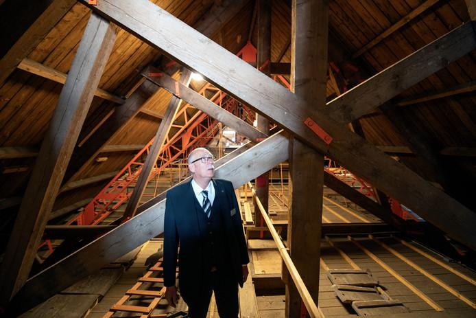 Koster Teun van Twist van de Grote kerk in Apeldoorn toont de houten dak constructie van de kerk.