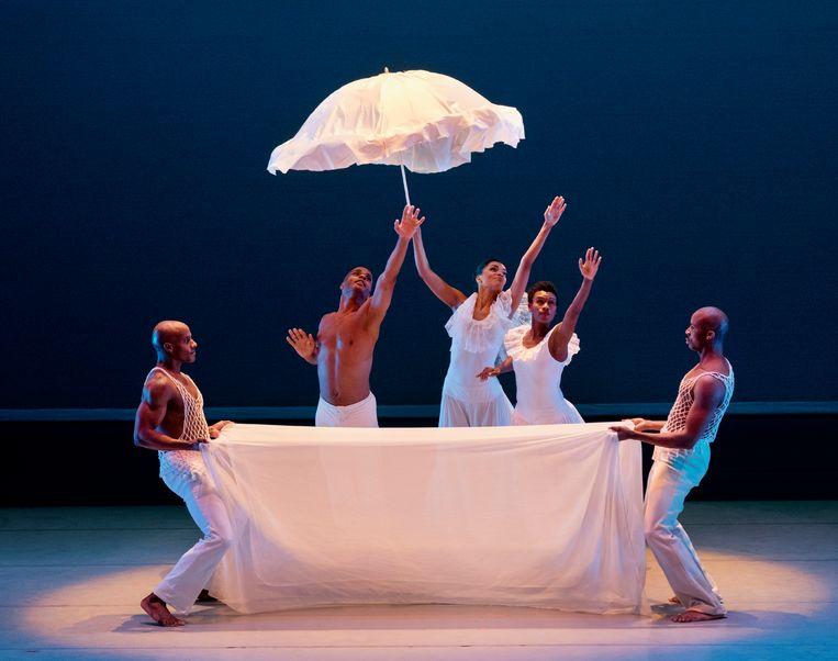 'Revelations' van Alvin Ailey door het Alvin Ailey American Dance Theater. Beeld Paul Kolnik