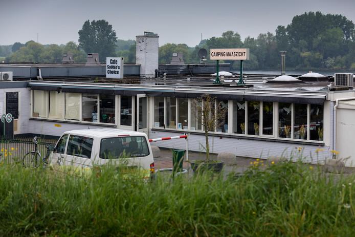 De entree van camping Maaszicht aan de Maasbandijk.