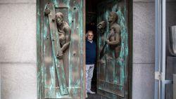 Kunstenaar onthult mysterie achter bizarre voordeur in Sint-Truiden