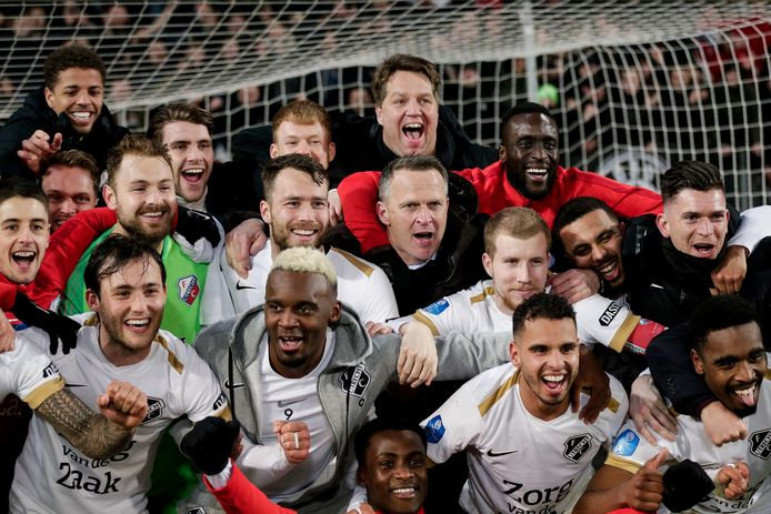 FC Utrecht juicht na het behalen van de de bekerfinale, maar zal die misschien wel nooit spelen.