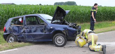 Twee auto's betrokken bij ongeval tussen Brakel en Poederoijen; een bestuurder naar het ziekenhuis