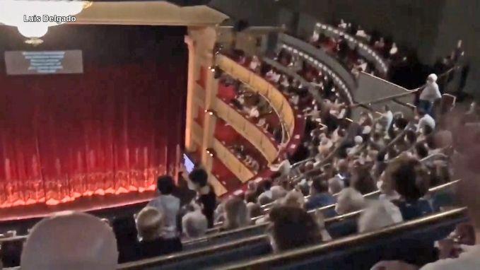 Publiek legt opera stil omdat het te dicht bij elkaar moet zitten op goedkope plaatsen