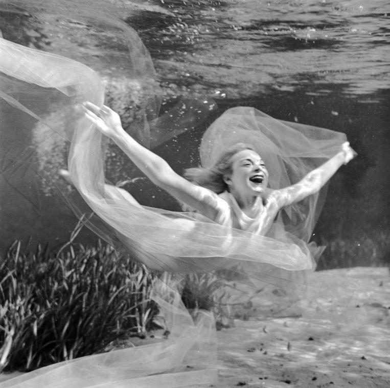 Aquatic pin-ups. Bruce Mozert. Beeld Bruce Mozert