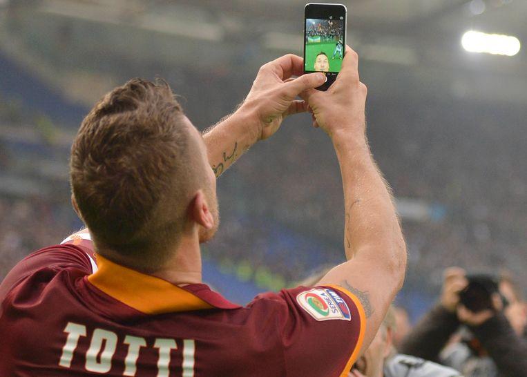 Totti maakt een selfie na zijn tweede goal tegen Lazio. Beeld ap