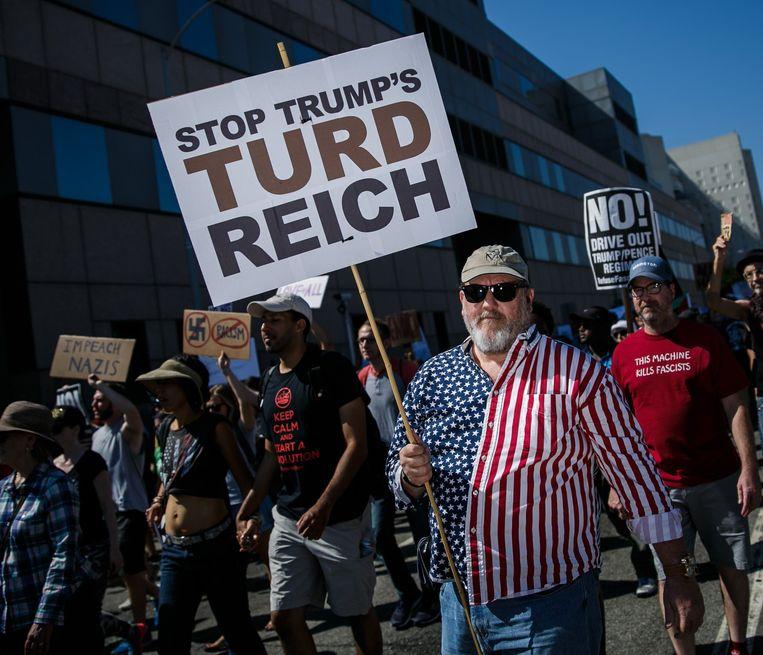 Onder meer in Los Angeles kwamen duizenden mensen op straat om het geweld van de blanke nationalisten te veroordelen en president Trump als medeverantwoordelijk aan te duiden.