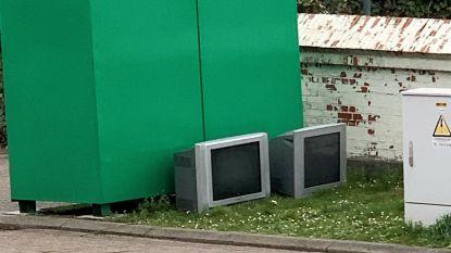 Politie zoekt sluikstorter die twee tv's heeft gedumpt aan kledingcontainers in Parike