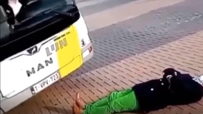 Reiziger gaat dwars voor lijnbus liggen omdat hij boos is op chauffeur