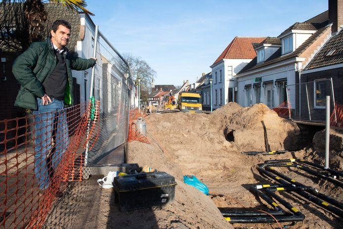 Jack Flipsen in de Hoofdstraat in Terheijden waar hij woont en waar zijn woonhuis wordt aangesloten op het warmtenetwerk van TEC.