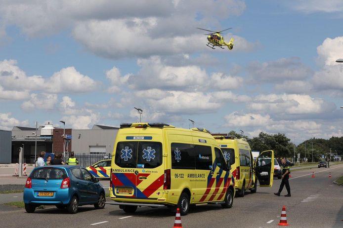 De traumahelikopter arriveert bij de plaats van het ongeval.