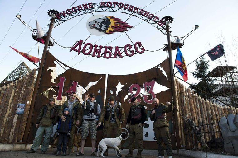 De poort van het clubhuis van de Donbass Nachtwolven, in de Oost-Oekraïense stad Loegansk, die in handen is van pro-Russische separatisten. Leden van de motorclub vechten naar verluidt met de rebellen mee. Beeld afp