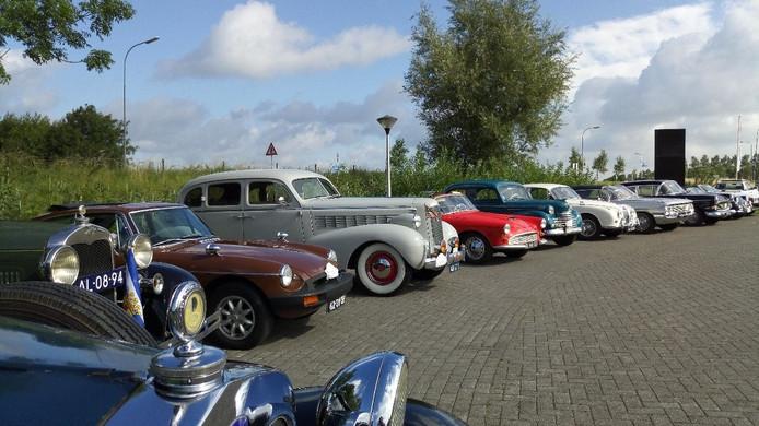 Ongeveer zeventig oldtimers vertrokken zaterdagmorgen bij brouwerij Emelisse in Kamperland voor een rit door Zeeland.