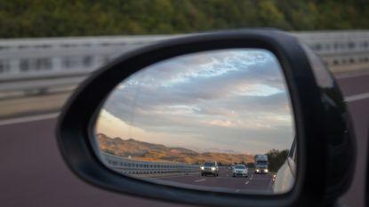 Jonge mannen trappen zijspiegels van wagens