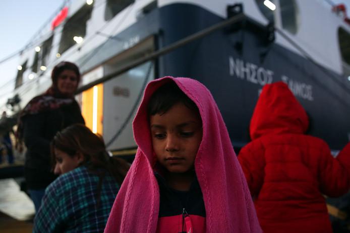 Vluchtelingen die zojuist per veerboot in de Griekse havenstad Piraeus zijn gearriveerd vanaf het Griekse eiland Lesbos.