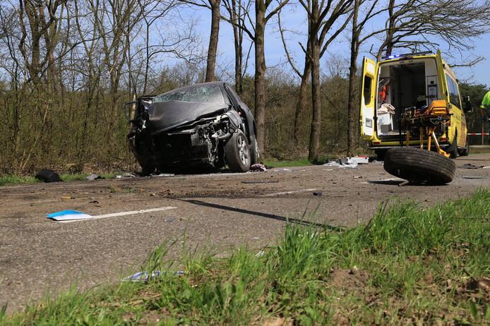 Een man is tegen een boom gereden met zijn auto op de Dennendijk in Asten.