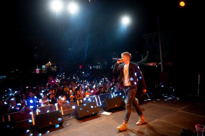 Rapper Snelle, hier in actie tijdens de Grote Kick-Off van Deventer. De rapper wint de Deventer Promotieprijs 2020.