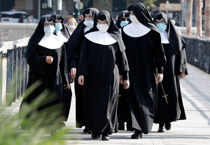 Nonnen met mondkapjes in Valencia, Spanje.