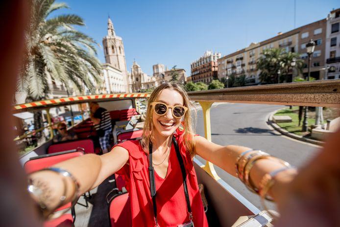 Een toerist in het centrum van Valencia.