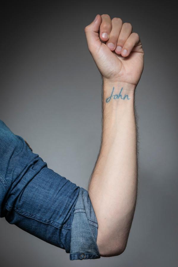 Mattie heeft een Tattoo op zijn pols met de naam van zijn overleden vader John.